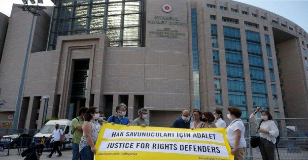 Turquía convence a 4 activistas de los derechos humanos de los cargos de terrorismo