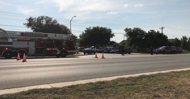 3 oficiales de la policía de un disparo en Cedar Park, Texas, sospecha que se han atrincherado en el interior de la casa