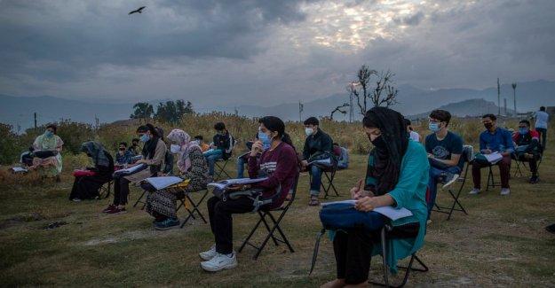 AP FOTOS: Cachemira escolaridad ahora más difícil con el virus