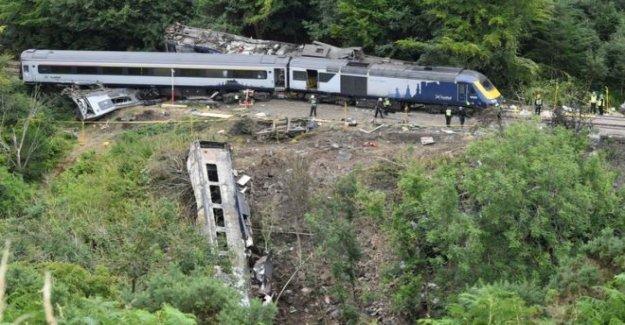 Accidente de investigadores confirmar tren golpeó de deslizamiento de tierra