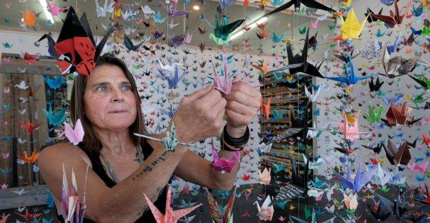 Artista crea grúa de origami memorial para COVID-19 víctimas