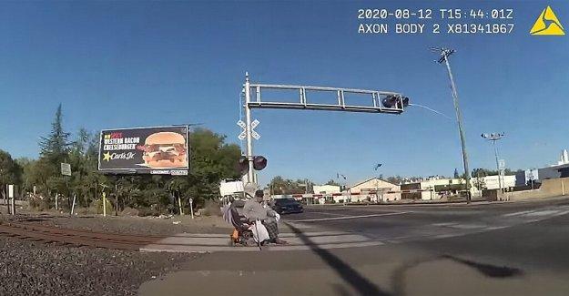 California oficial de la policía detiene a hombre en silla de ruedas de tren que se aproxima con segundos de sobra, el vídeo muestra