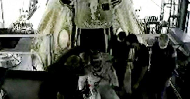 Cápsula SpaceX y la NASA de la tripulación de hacer 1er amerizaje en 45 años