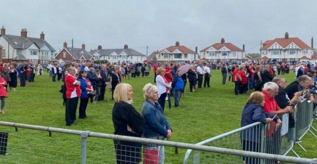 Cientos se reúnen para el funeral de presentador Tommo