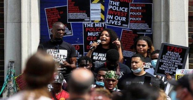 Cientos unirse a la protesta fuera de la estación de policía