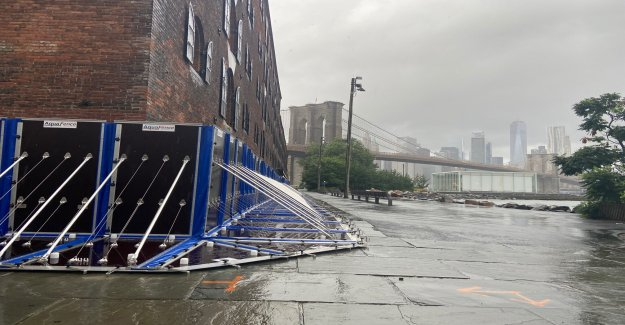 Con Isaías acerca, barreras contra las inundaciones proteger histórico de Brooklyn edificio