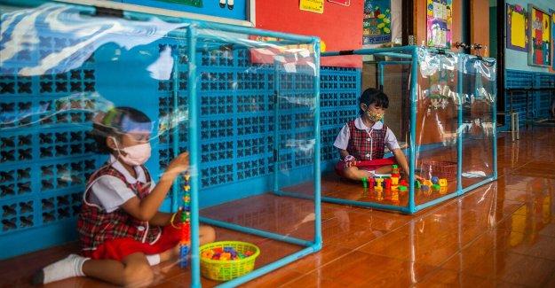 Coronavirus en Tailandia: los Estudiantes visto jugando en el interior de los corrales para proteger contra la propagación