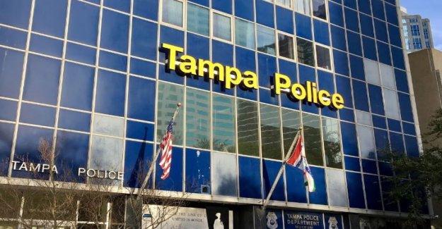 De atrás 'el Azul' fuera de Tampa sede de la policía hizo conseguir un correcto lo permite, dice el alcalde