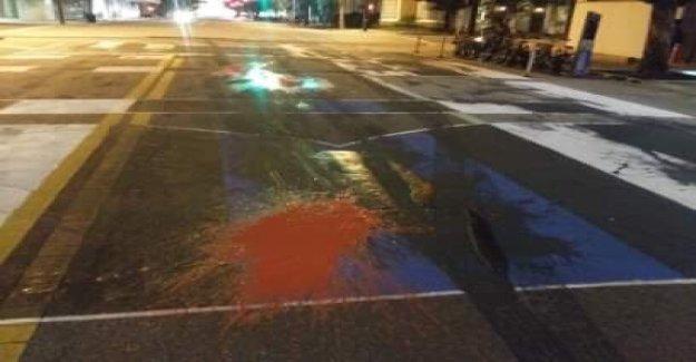 'De nuevo el Azul del Mural' fuera de la sede de la policía de Tampa desfigurado con pintura roja, tar
