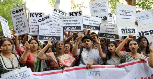Dos a cabo en la India para el adolescente la violación y el asesinato