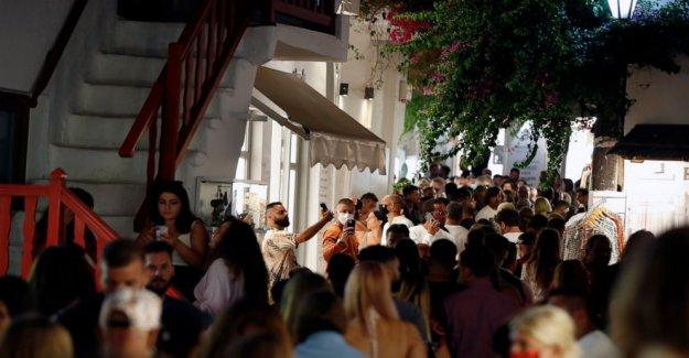 Dueños de los bares en la isla griega enojado por el virus de restricciones