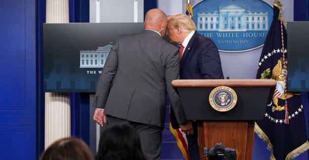 El Servicio secreto de los escoltas de Triunfo de la sala de información después de disparar fuera de la Casa Blanca