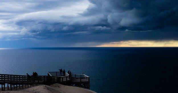 El lago Michigan para sumergir a 'peligrosamente frías temperaturas del agua en los años 40 a lo largo de algunas de las playas: los meteorólogos