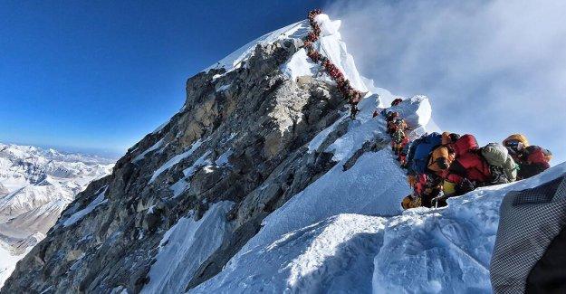 El monte Everest reabre sus puertas a los turistas a pesar de COVID-19 de la espiga