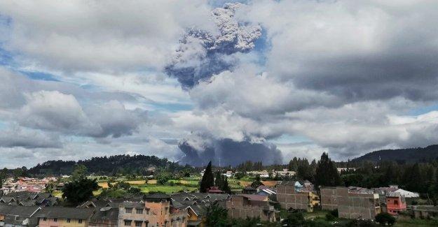 El monte Sinabung volcán entra en erupción en Indonesia, envía columna de ceniza de más de 3 kilómetros en el cielo