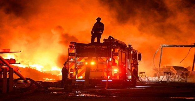 El sur de California Apple wildfire continúa propagándose como funcionarios del orden de casi 8.000 personas a evacuar