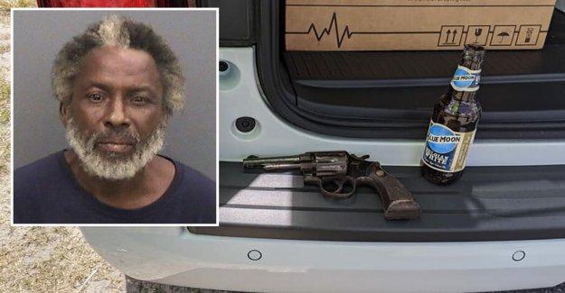 Florida hombre arrestado después agitando la pistola cargada en la mano, la celebración de cerveza en la otra, dicen diputados