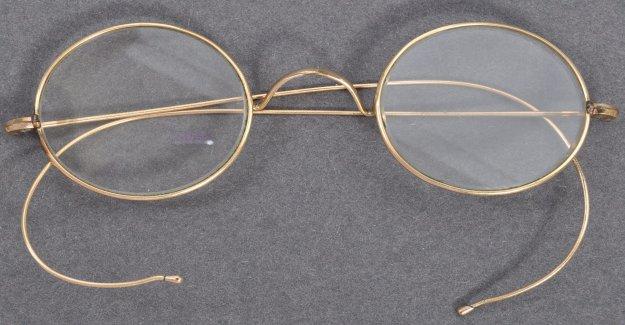 Gandhi gafas de superficie después de ser dejada en el buzón