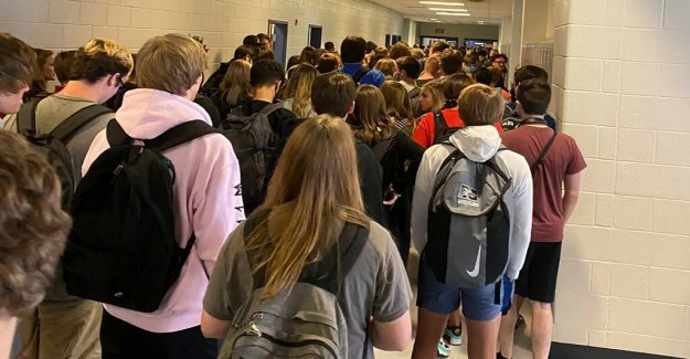 Georgia high school va temporalmente virtual después de coronavirus de los casos, las fotos de los estudiantes hacinados en el pasillo