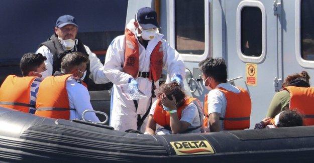Gran bretaña se enfrenta récord de afluencia de migrantes a través del Canal inglés, las demandas de Francia acabar