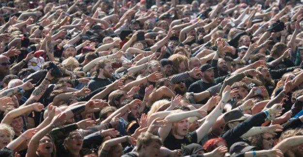 Heavy metal de la cabeza-bangers gire a la línea de festival