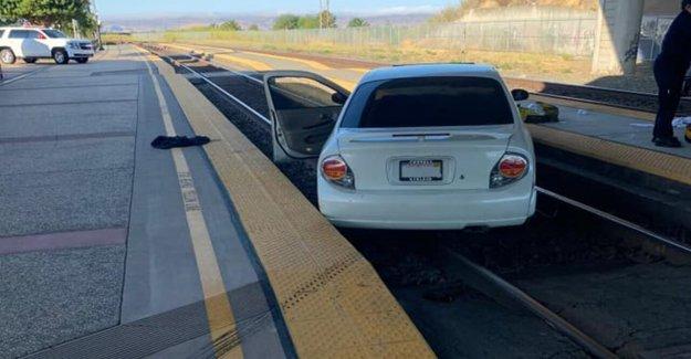 Hombre de California de espera en una estación de tren de la plataforma de afectados por coche, dicen los funcionarios de la