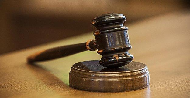 Indiana hombre acusado de la quema de la cruz cerca de Black casa del vecino acusado de los delitos de odio