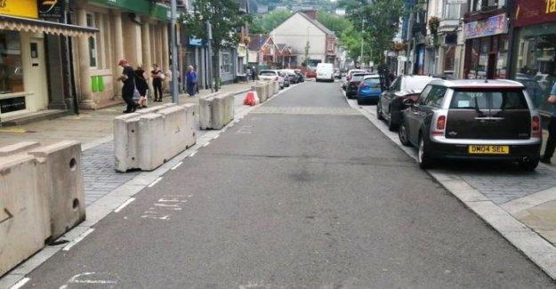 Indignación en bloques de hormigón en calle comercial