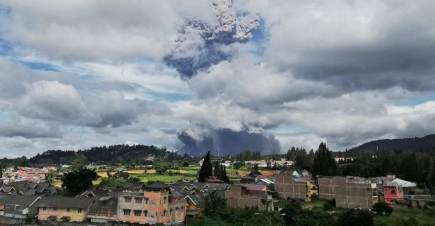 Indonesia del volcán Sinabung expulsa imponente columna de ceniza