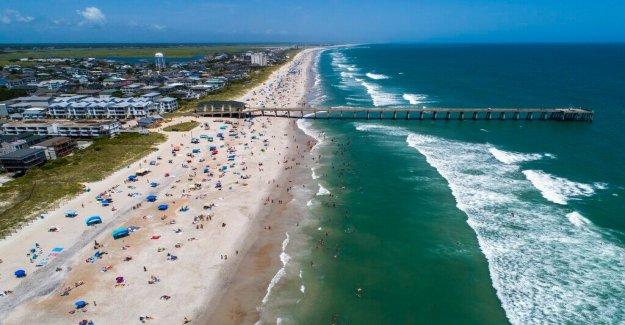 Isaias refuerza ligeramente, ya que se arrastra hasta la costa de Florida