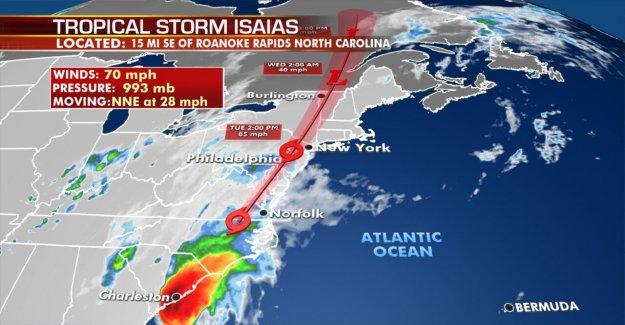 Isaias trae tornado, inundaciones amenaza para millones después de tocar tierra en Carolina del Norte chispas incendios, golpes de potencia,