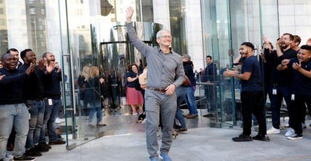 Jefe de Apple Tim Cook se une al club de multimillonarios