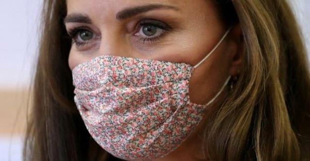 Kate lleva una máscara por primera vez en la caridad visita