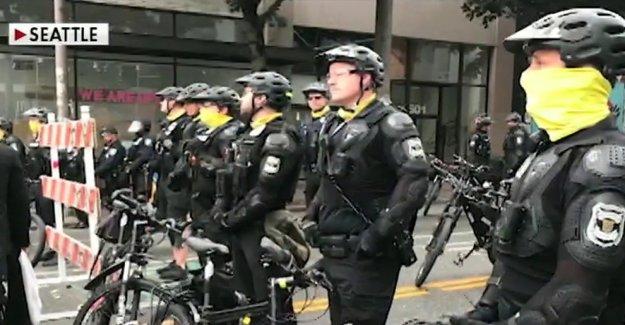 La Ciudad de Seattle, el Consejo aprueba el plan para deshacer los fondos del departamento de policía, barras de puestos de trabajo y salarios