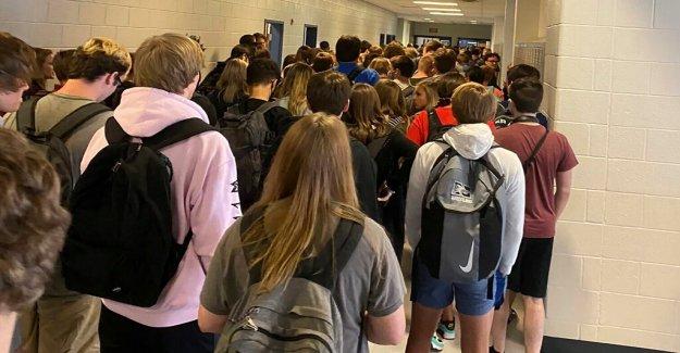 La escuela Georgia reaperturas: estudiante de Primaria positivo para los coronavirus, estudiante de multitudes plantear preguntas