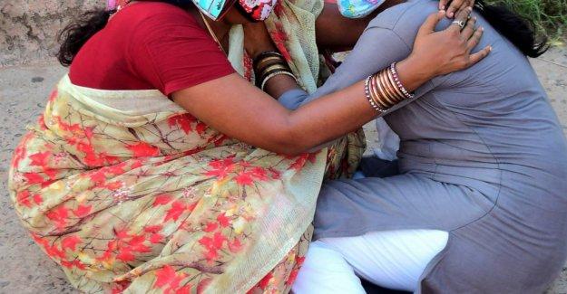 La grúa se derrumba en la India astillero, matando a 11 trabajadores