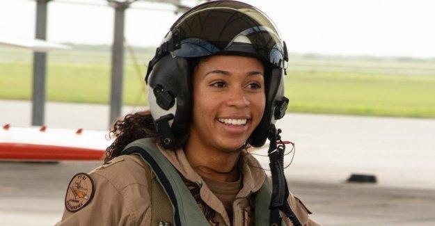 La marina de la primera mujer Negra en tácticas de aire piloto gana Alas de Oro