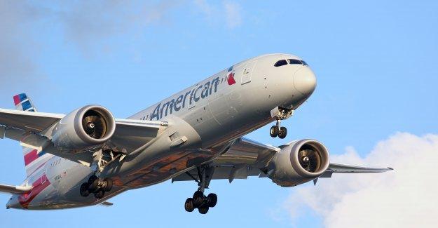 La mujer golpeó a un empleado de American Airlines después de que se le deniegue el embarque de más de máscara de la denegación: informe
