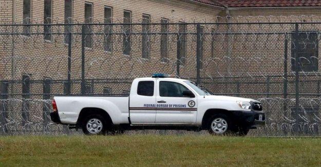 La oficina de Prisiones gasta cerca de $3 millones en la UV de desinfección de las puertas, los contratos de mostrar