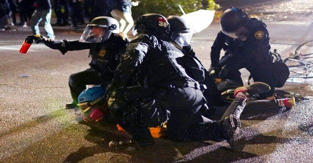 La policía se prepara para más protestas en Portland después de otra noche de enfrentamientos