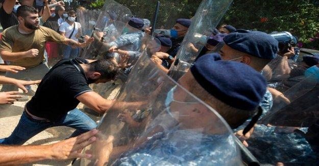 Las autoridades libanesas fuego de granadas de gas lacrimógeno a los manifestantes corean Revolución después de la explosión de Beirut