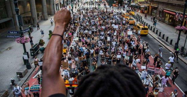 Las familias de Negros de las víctimas asesinadas por la policía sonar la alarma acerca de la violencia de las armas y la brutalidad en Nueva York protesta