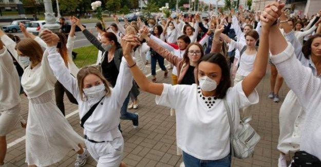 Las mujeres constituyen la  solidaridad de cadenas en Belarús protestas
