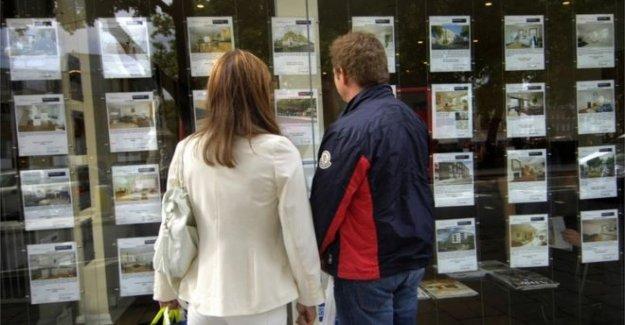 Los compradores de deslizamiento en la escalera de la propiedad como de los depósitos de subida