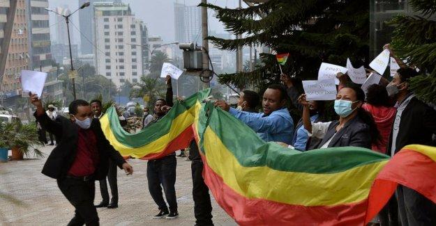 Los etíopes celebrar el progreso en la construcción de la presa en el Río Nilo