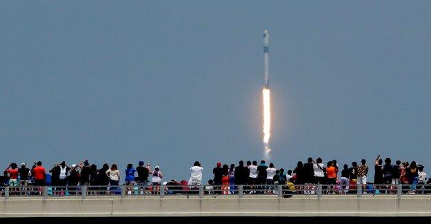 Los funcionarios atrapado con la guardia baja como embarcaciones de recreo se mueven en la zona de caída para el retorno de la cápsula Spacex