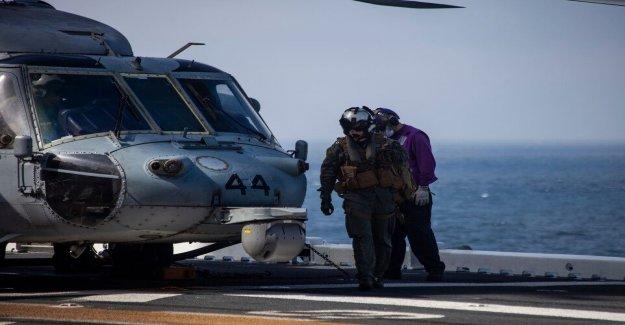 Los infantes de marina en ejercicio de entrenamiento de accidentes fuera de la costa de California ID d