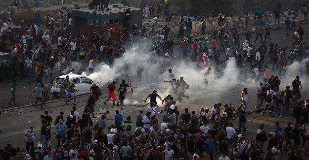 Los libaneses a los manifestantes de la tormenta de los edificios del gobierno como primer ministro de votos elecciones anticipadas