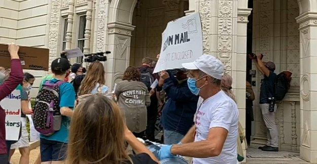 Los manifestantes etapa temprana de la mañana el ruido de demostración en el director General de correos de la casa: No hay Alegría para DeJoy'