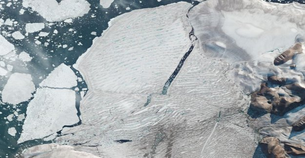 Los satélites de la captura de la plataforma de hielo del Ártico split